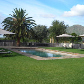 At Karoo Lodge there is a good sized pool surrounded by sun loungers.