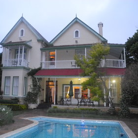 Hacklewood Hill Country House is located in the quiet leafy suburb of Port Elizabeth.
