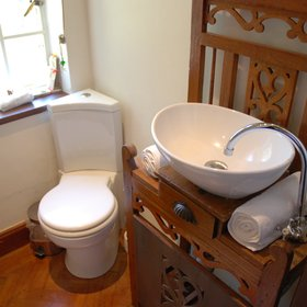 …and has the traditionally styled en-suite bathroom of most of the Manor House rooms.