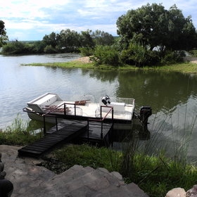 Activities focus on the river, with boath, fishing and mokoro trips…