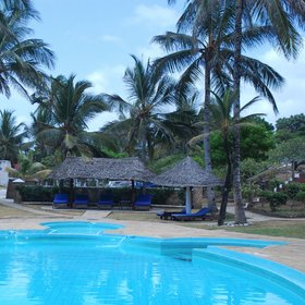 …and a swimming pool lined by sun loungers, palm trees and sunshades.