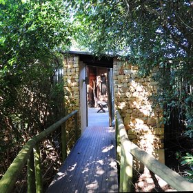 The 6 villas are also reached via a wooden walkway ...