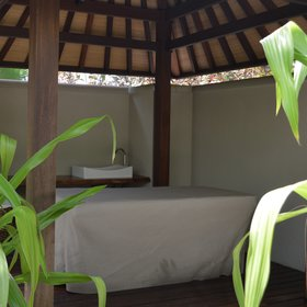The Beach Front Spa Cottages have also a private outdoor spa area with a massage table.