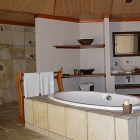 The open-air bathroom is large and has an alfresco shower, double vanity, shower, bath, WC, bidet.