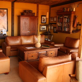 … in the cosy lounge with antique-style furniture.