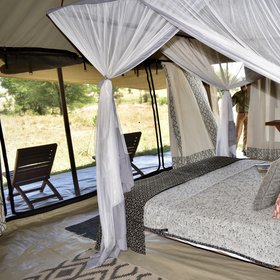 ... with plenty of space and views on to the Serengeti ...